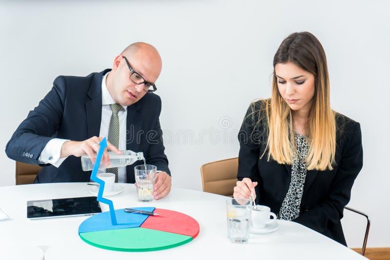 Två affärskollegor som har coffe arkivfoto