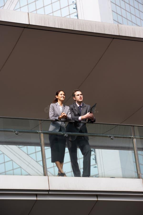 Två affärskollegor som har diskussion royaltyfria bilder