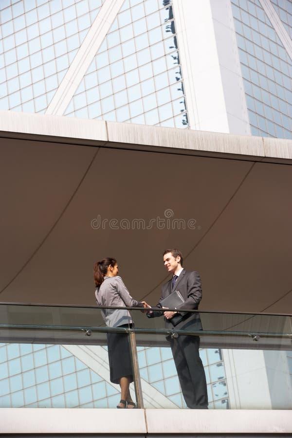 Två affärskollegor som upprör händer royaltyfria foton