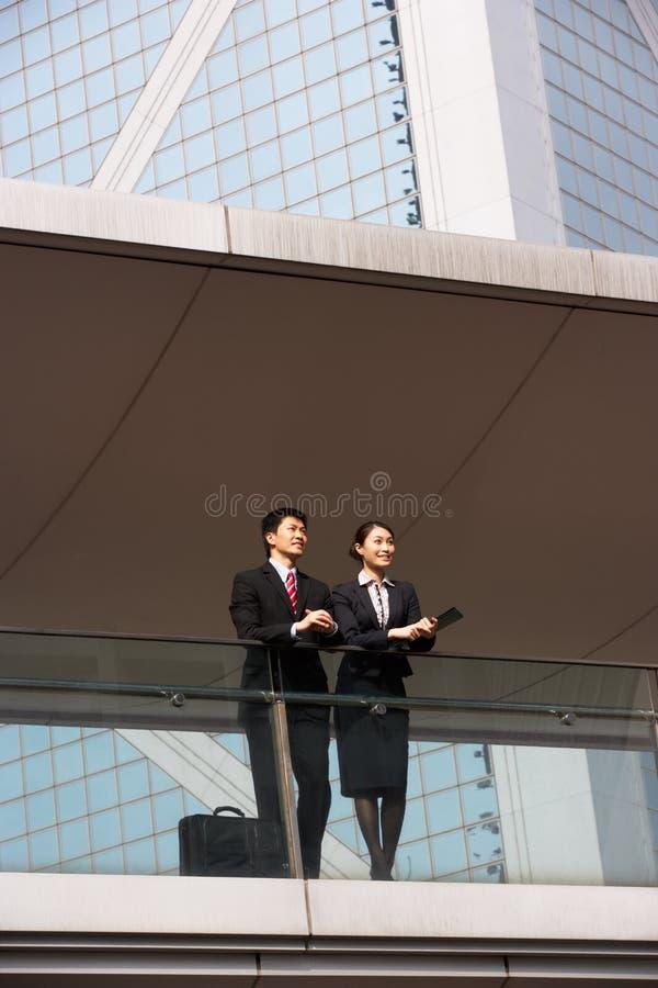 Två affärskollegor som utanför pratar royaltyfria foton