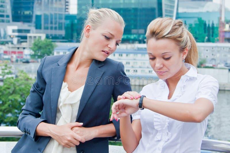 Två Affärskvinnor Arkivfoton