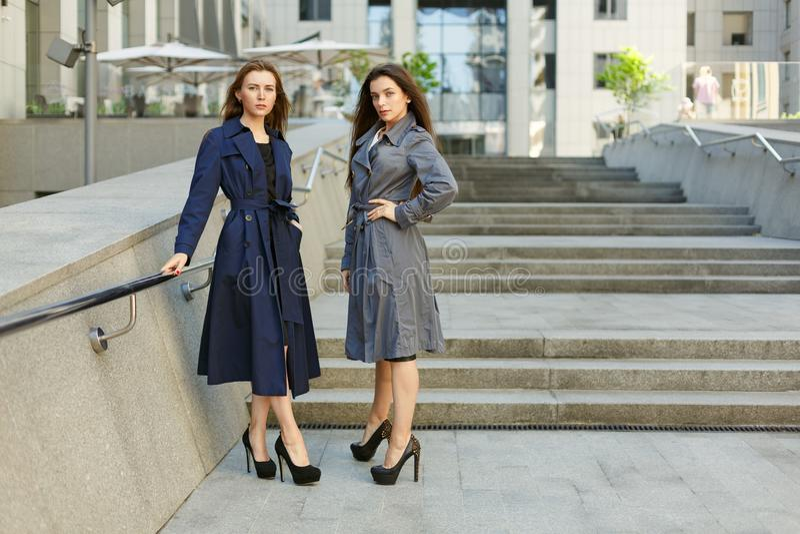 Två affärskvinnor i lag förhandlar på bakgrunden av arkivfoto