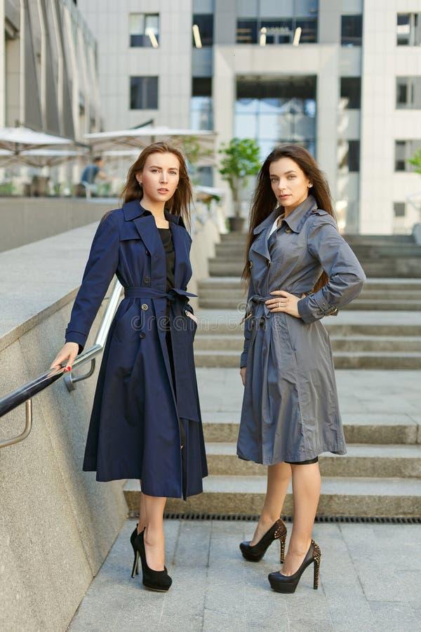 Två affärskvinnor i lag förhandlar på bakgrunden av arkivbilder