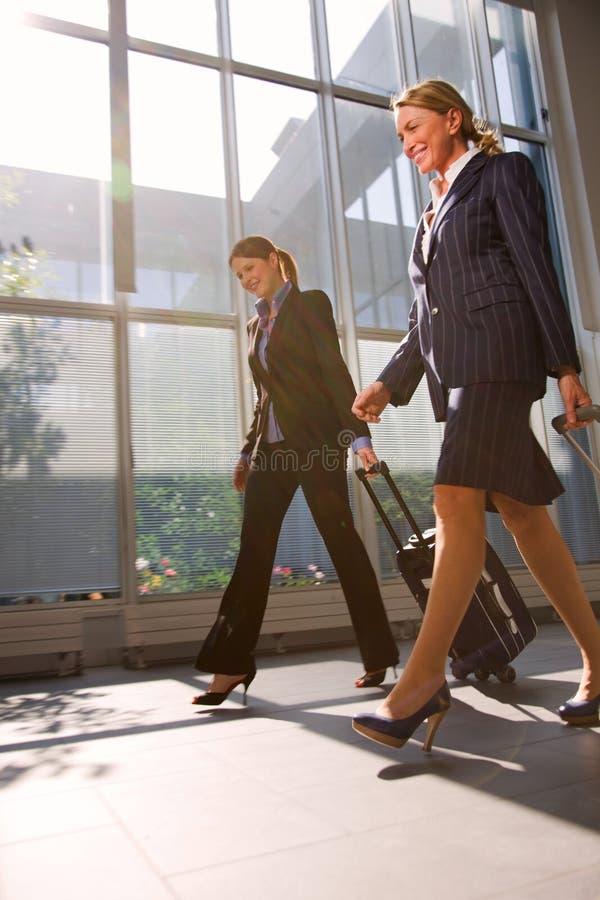 Två affärskvinnor med trolleyen arkivbild