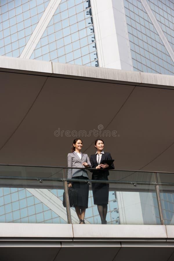 Två affärskvinnor som har diskussion fotografering för bildbyråer