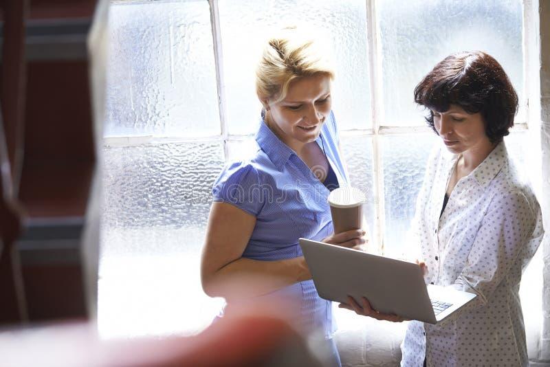 Två affärskvinnor som har informellt möte i regeringsställning arkivbilder