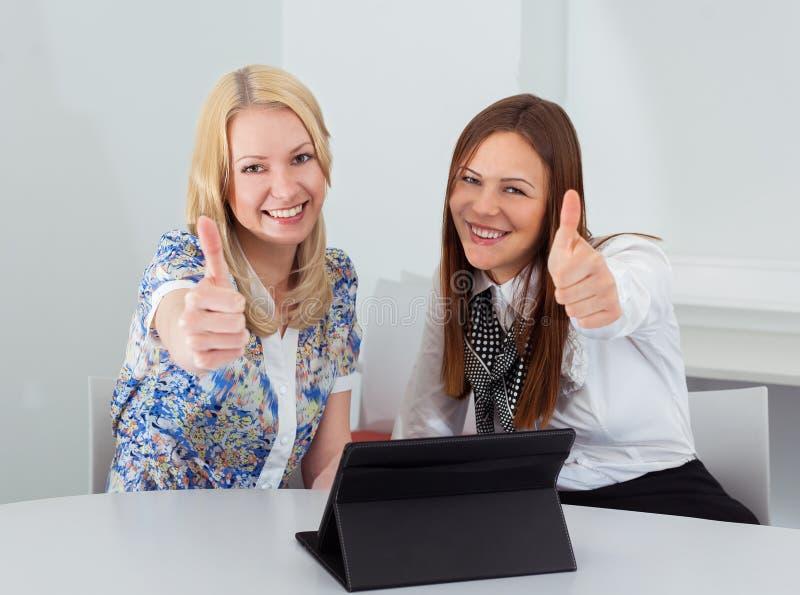 Två affärskvinnor som i regeringsställning möter arkivfoton