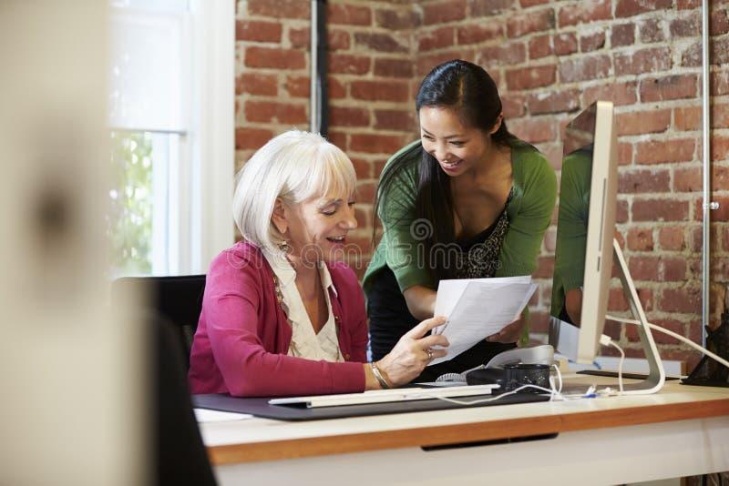 Två affärskvinnor som möter i idérikt kontor arkivbild