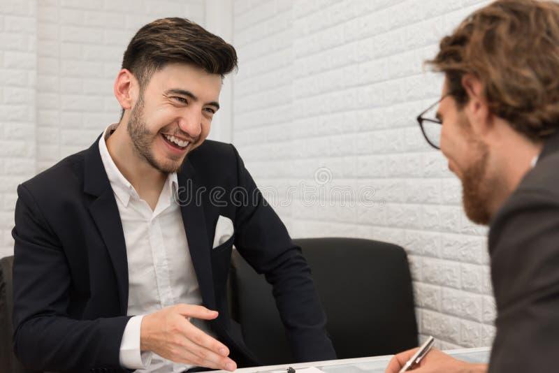 Två affärsmän är att förhandla handlar överenskommelse tillsammans Affär och mötebegrepp Jobb- och ockupationintervjutema royaltyfri fotografi