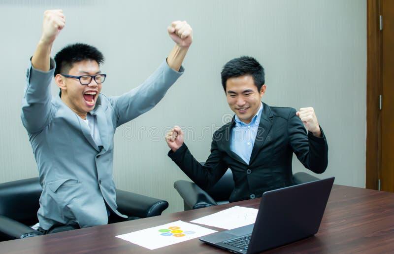 Två affärsmän är framgång på deras arbete arkivfoto