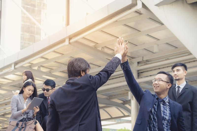 Två affärsmän är lyckliga att arbeta tillsammans och trycka på händerna royaltyfri bild