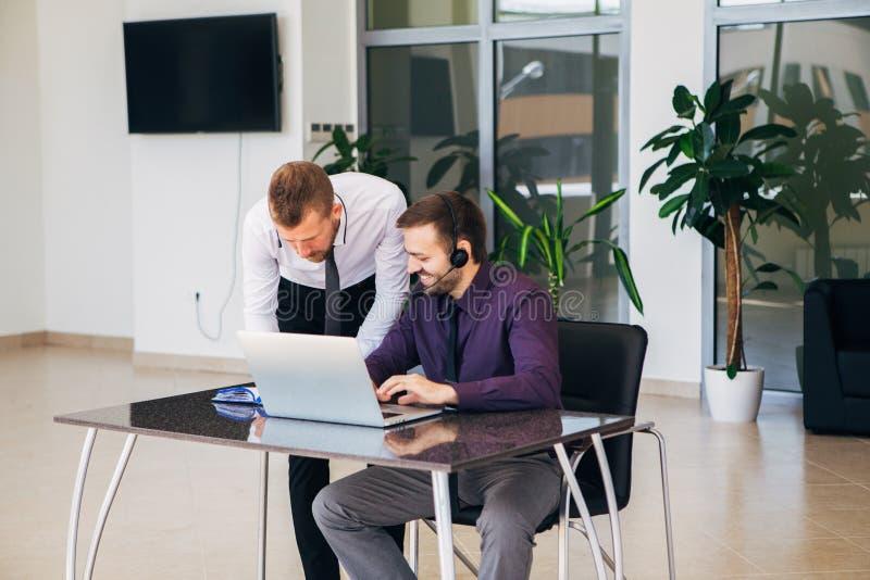 Två affärsmän i ett affärsmöte som diskuterar diagram fotografering för bildbyråer