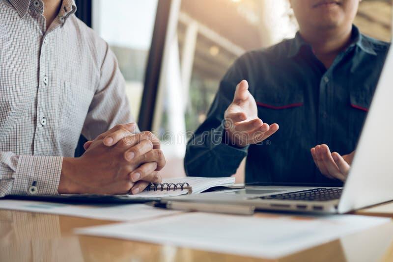 Två affärsmän ifrågasätter företagets felaktiga ekonomiska budget och delar den korrekta analysen arkivbilder