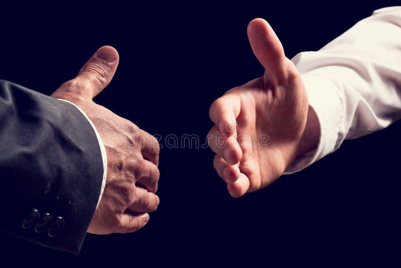 Två affärsmän omkring som skakar händer arkivbilder