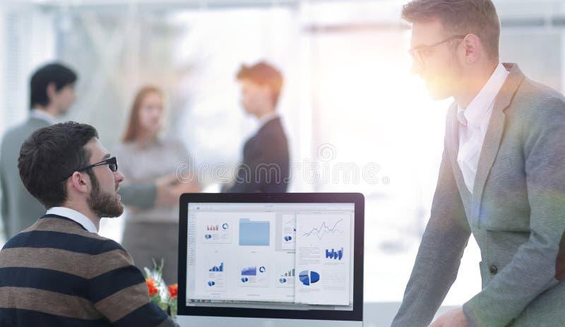 Två affärsmän som analyserar finansiella data för statistik royaltyfri bild