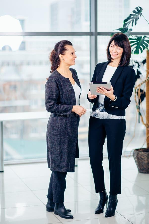 Två affärsmän som använder touchpaden på mötet royaltyfri bild