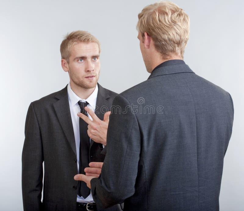 Två affärsmän som diskuterar arkivbilder