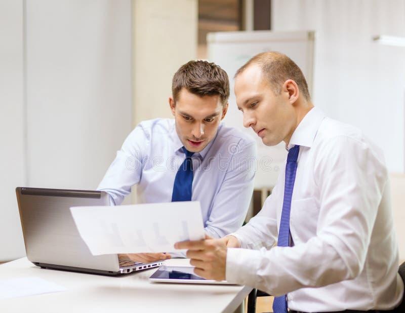 Två affärsmän som har diskussion i regeringsställning arkivfoto