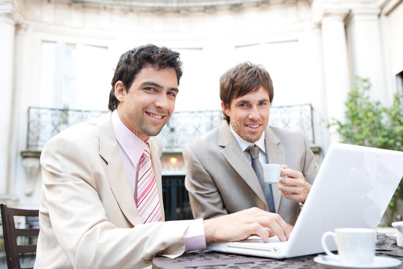 Affärsmanar som möter i cafe. arkivfoto