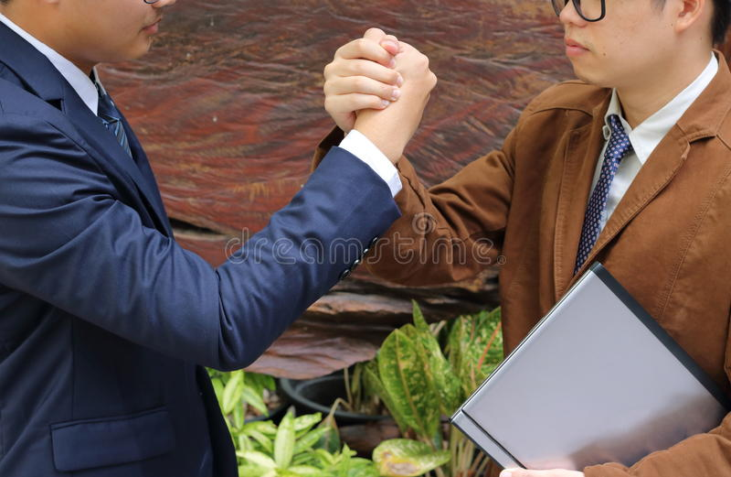 Två affärsmän som skakar händer, lyckad affärsidé arkivbilder