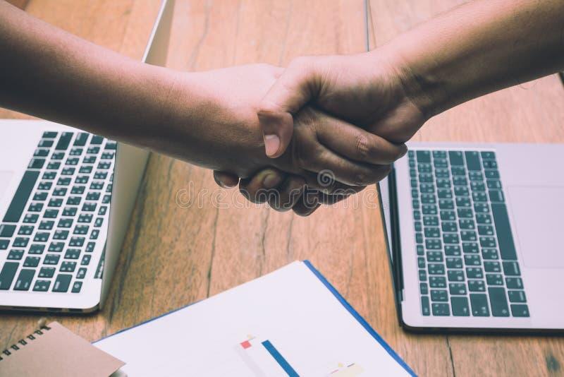 Två affärsmän som skakar handen, når möte fotografering för bildbyråer