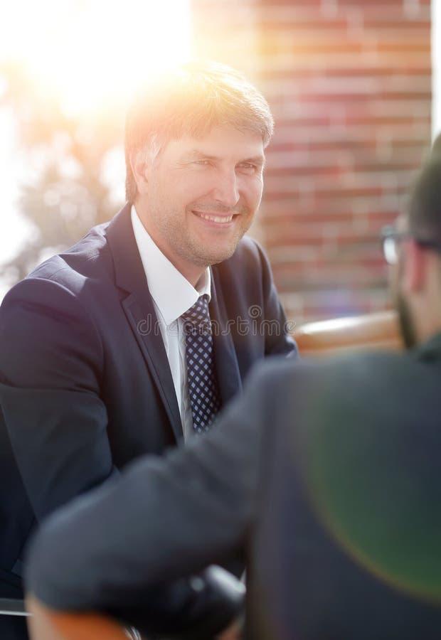 Två affärsmän som talar i styrelsen arkivbild