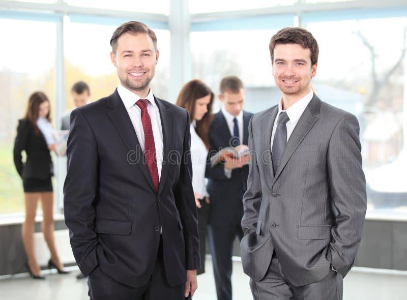 Två affärsmän som tillsammans fungerar arkivfoton