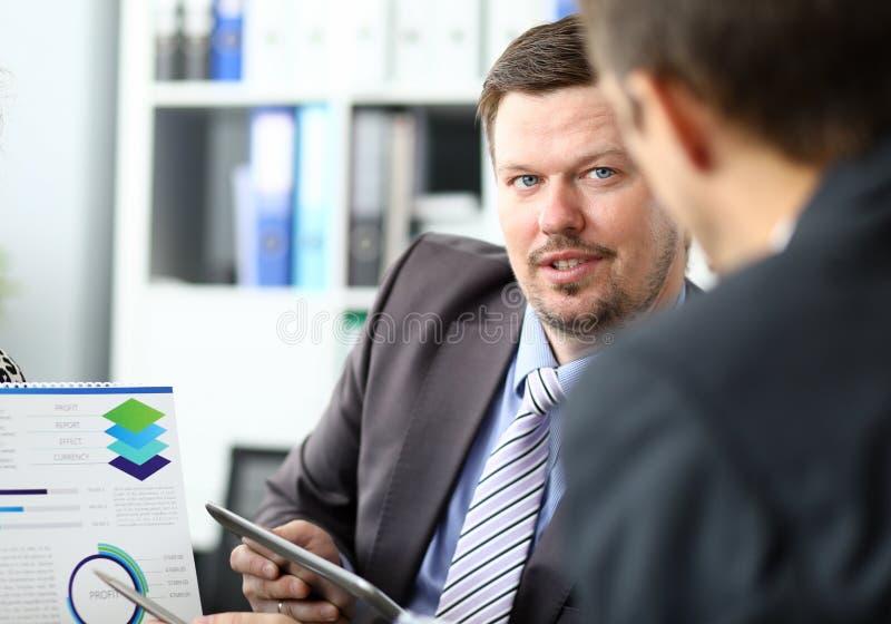 Två affärsman en på ett möte arkivfoto