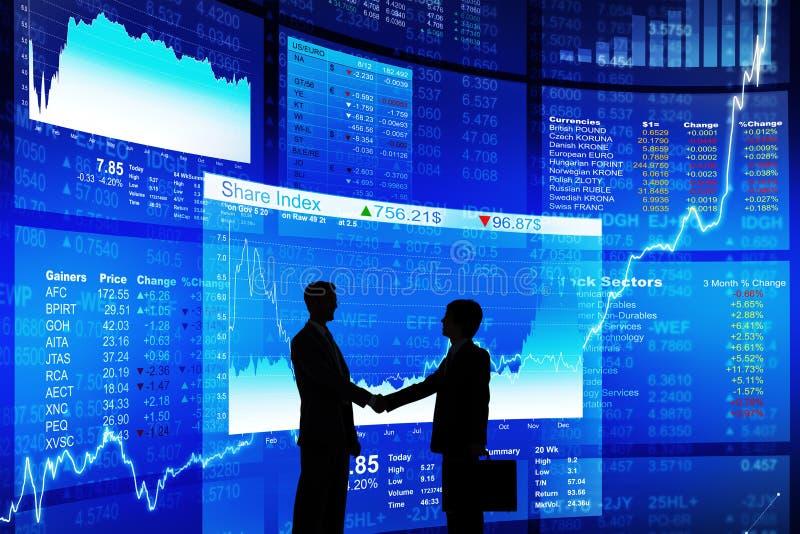 Två affärsman Handshaking med den blåa dataskärmen royaltyfri foto