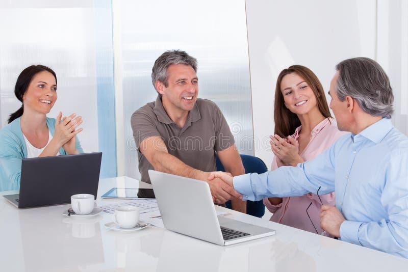 Två affärsman Shaking Hand arkivfoton