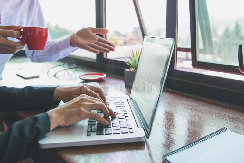 Två affärspartners som tillsammans arbetar med bärbara datorn fotografering för bildbyråer
