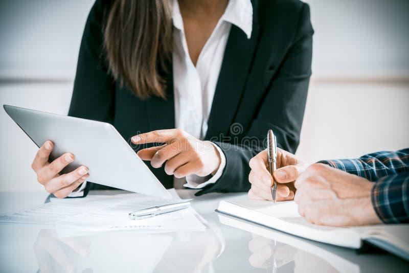 Två affärspersoner i ett möte fotografering för bildbyråer