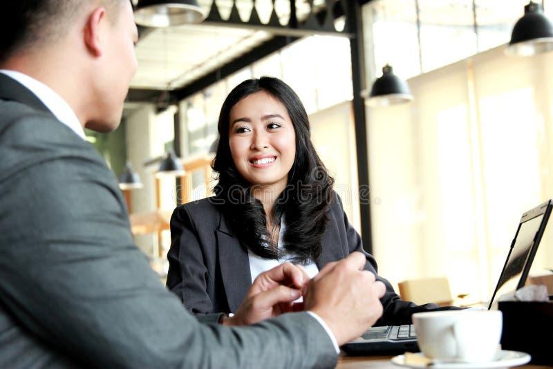 Två affärspersoner som möter på kafét under avbrottstid arkivbilder