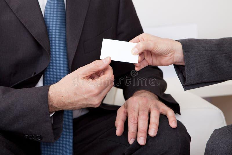 Två affärspersoner som utbyter visitkorten royaltyfria foton
