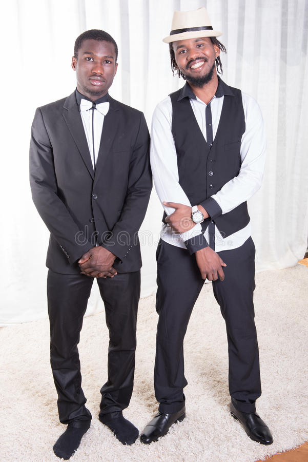 Två afrikanska grabbar som poserar på en matta fotografering för bildbyråer