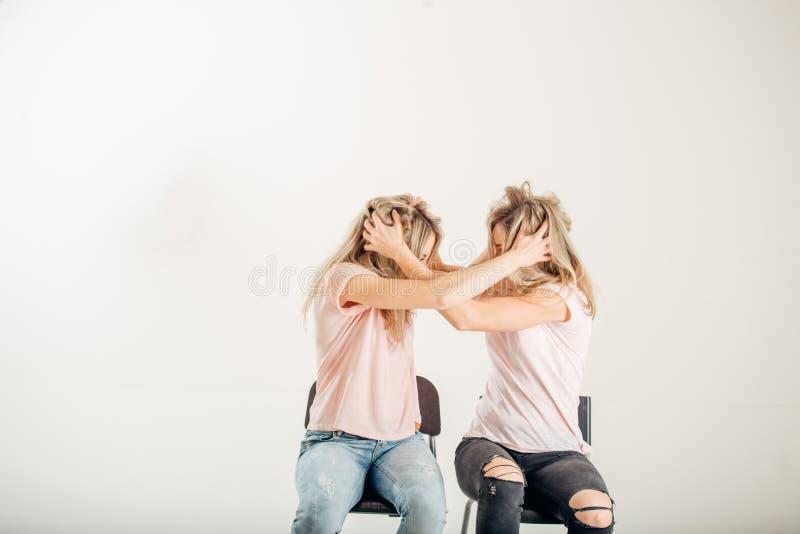 Två aggressiva kvinnor som argumenterar och ropar som isoleras på en vit bakgrund royaltyfri bild
