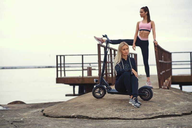 Två aktiva kvinnor har stor tid på sjösidan arkivfoton