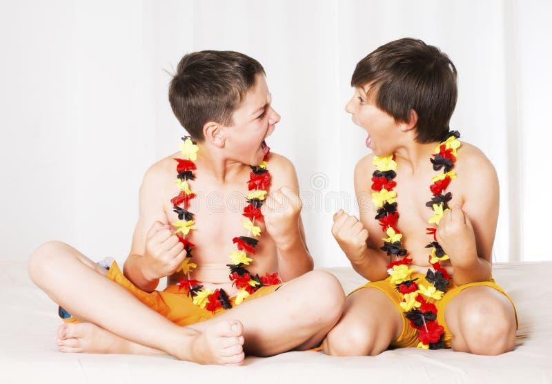 Två all upphetsade pojkar royaltyfri bild