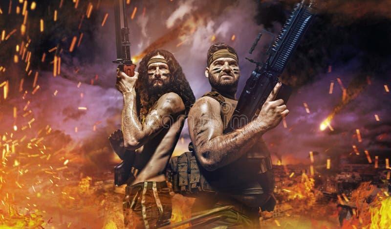 Två allvarliga soldater i mitt av striden royaltyfri fotografi