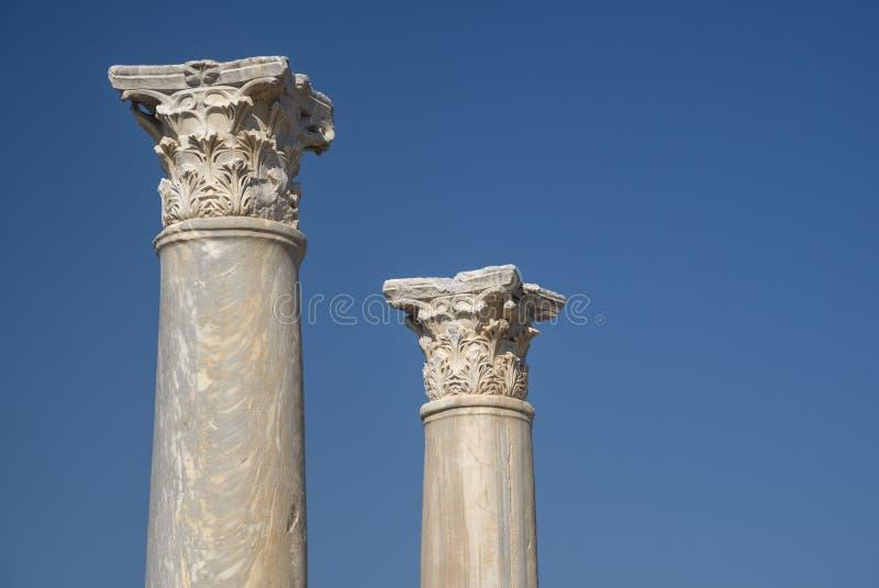 Två antika kolonner mot bakgrund för blå himmel royaltyfria foton