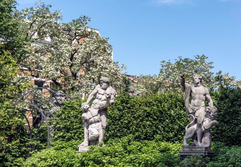 Två antika skulpturer i trädgårdarna Rijksmuseum för nationellt museum arkivfoton