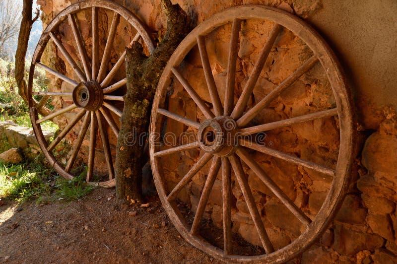 Två antika vagnshjul arkivbild