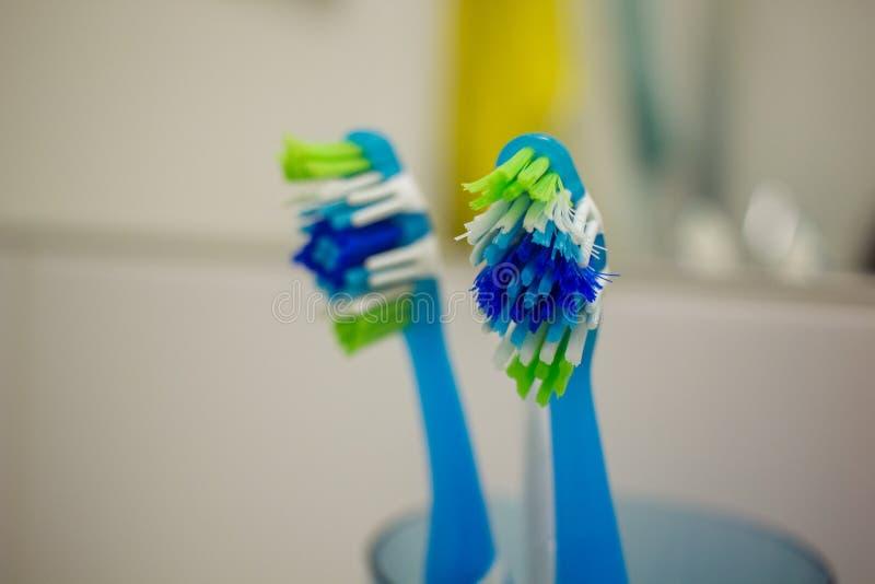 Två använda tandborstar fotografering för bildbyråer