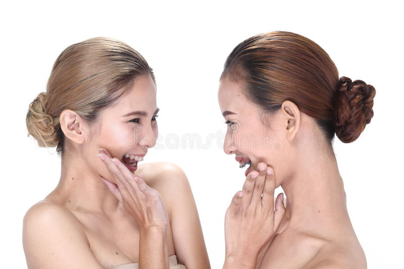 Två asiatiska kvinnor med härligt modesmink slogg in hår arkivbild