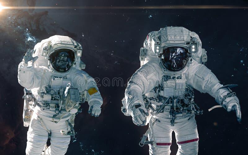 Två astronaut på bakgrund av nebulosor och stjärnaklungor Landskap f?r djupt utrymme Science royaltyfria foton
