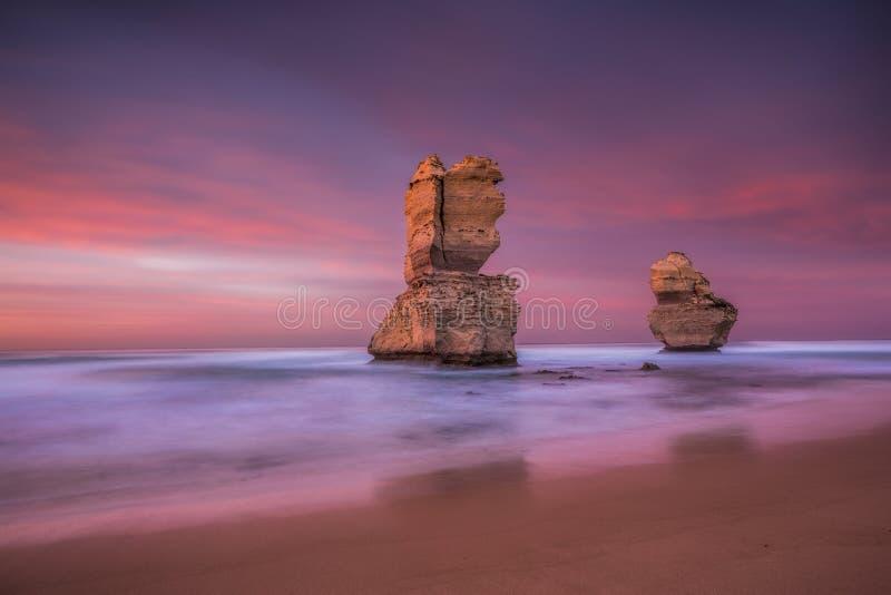 Två av de tolv apostlarna på soluppgång från den Gibsons stranden, utmärkt royaltyfri bild
