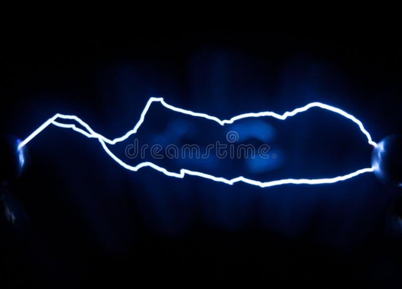 Två av elektriska urladdningar för gnista erhållande med hjälpen av en el fotografering för bildbyråer