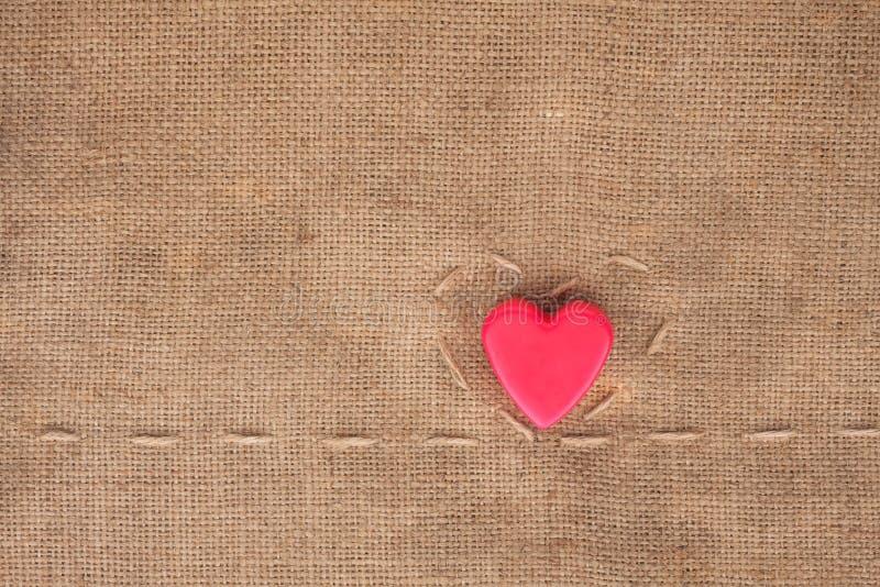 Två av hjärtor på sackcloth arkivfoton