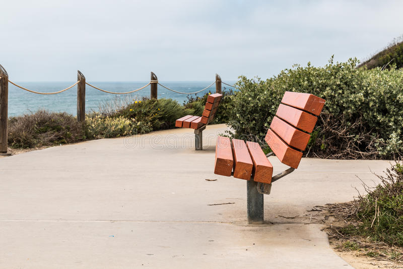 Två bänkar på en förbise på punkten Loma Tidepools arkivbild