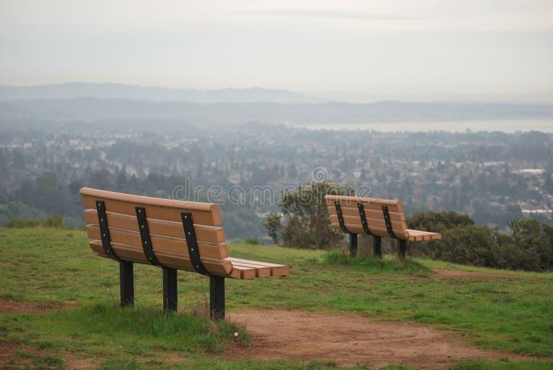 Två bänkar på universitet av den Kalifornien Santa Cruz kullen, Santa Cruz, USA royaltyfria bilder
